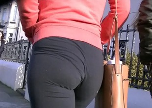 Candid ass in constricted gym pants