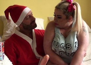 Guy dressed as Santa gets holiday head from a chubby girl